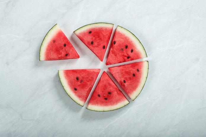 Handig! Zo snijd je een watermeloen zonder mes