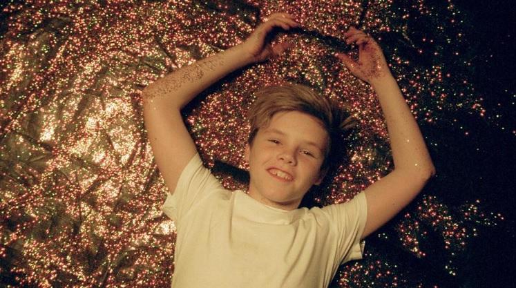ZIEN: De videoclip van Cruz Beckhams eerste kerstsingle