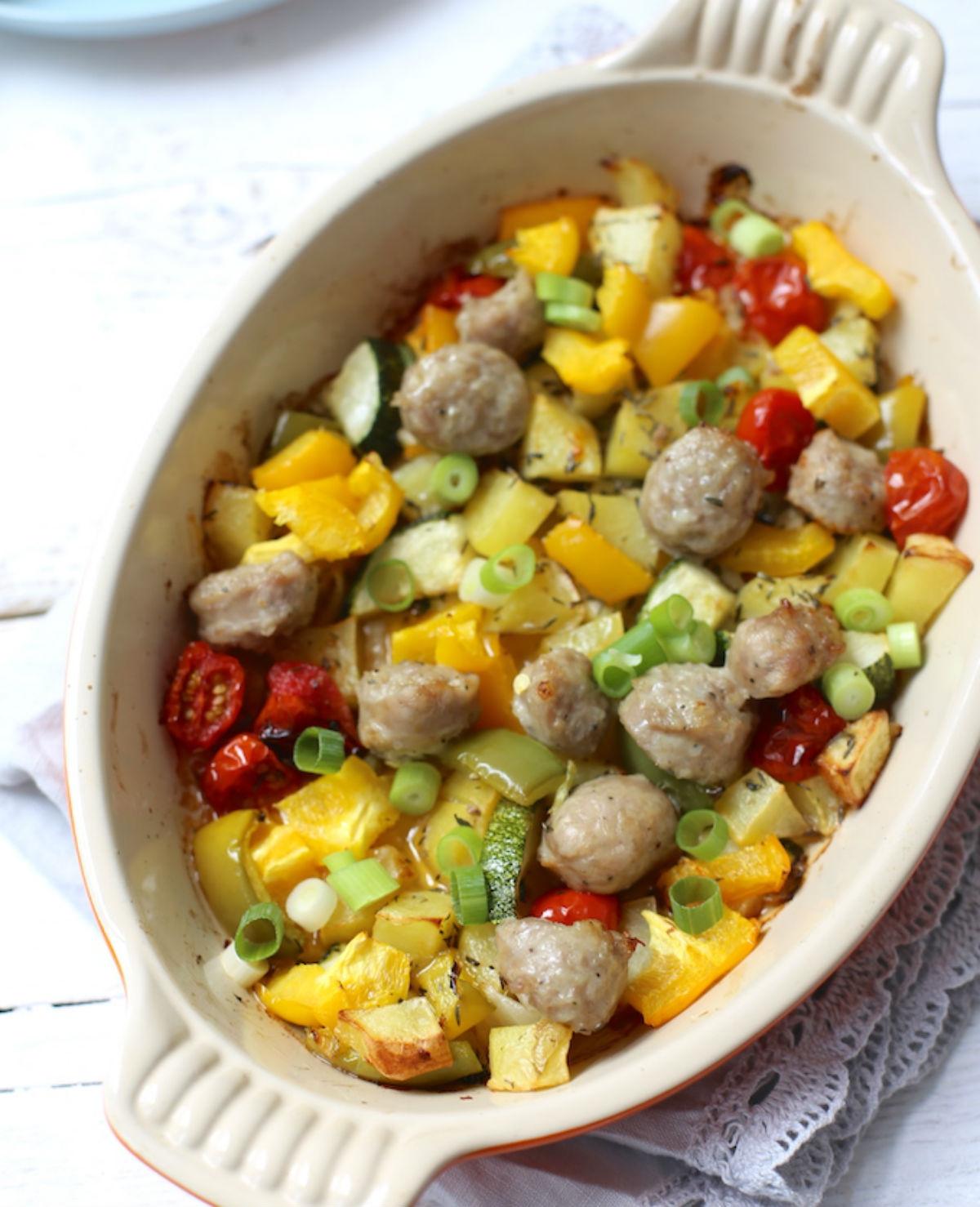Simpel ovengerecht met groenten en worst