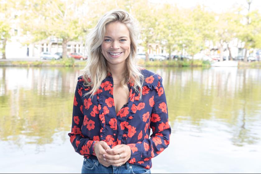 Zoet tafereeltje: zoontje Jet van Nieuwkerk beleeft eerste waterpret