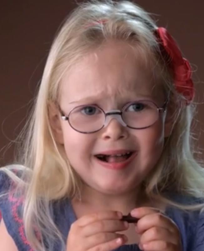 Kinderen proeven voor het eerst een stuk chocolade