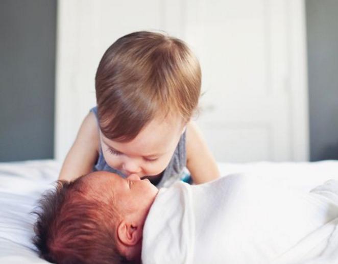 4 manieren om jouw kleintje voor te bereiden op een broertje of zusje
