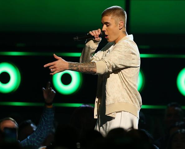 Zien: Oeps! Justin Bieber valt van het podium tijdens een concert