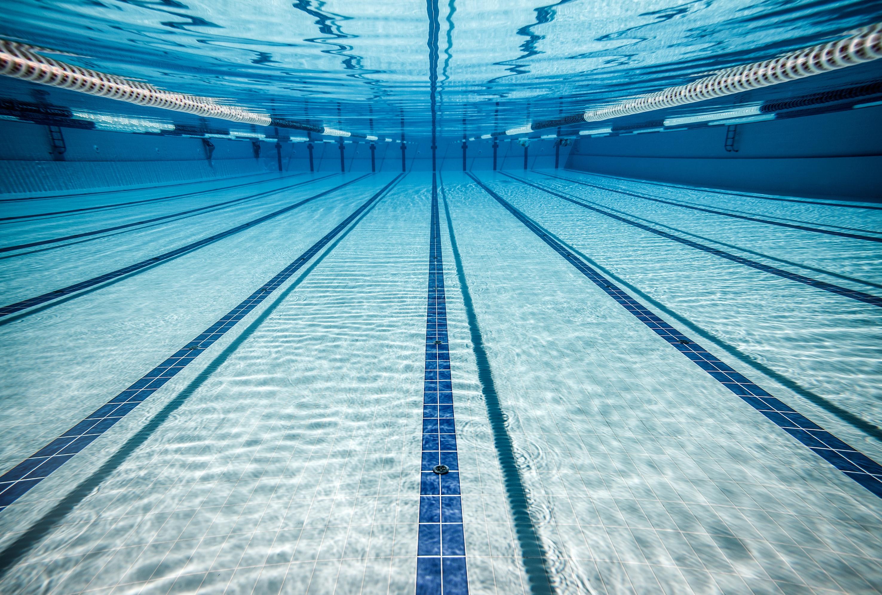 Bewezen: Zóveel liter urine bevat een zwembad!