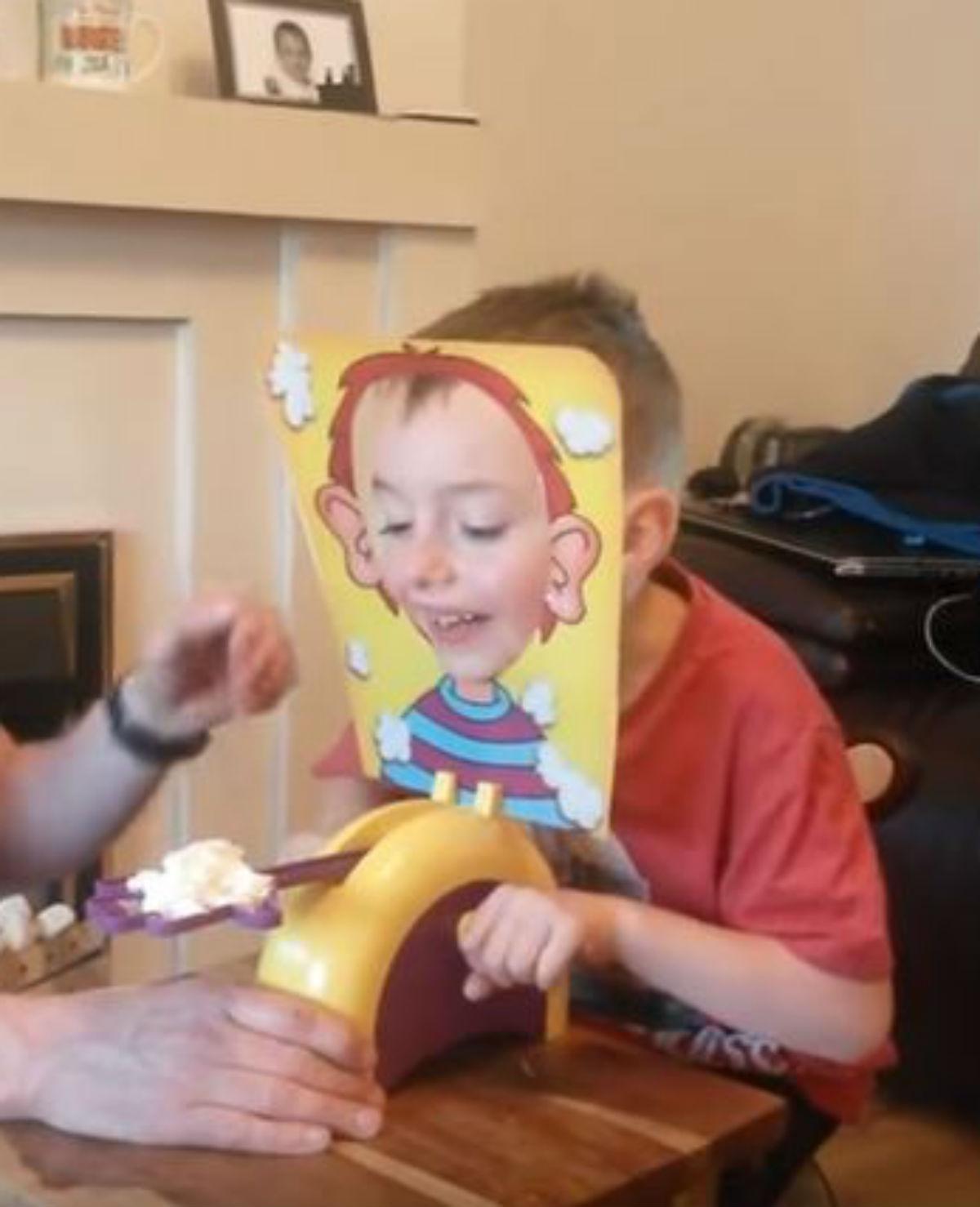 Opa en kleinzoon doen spelletje met taart