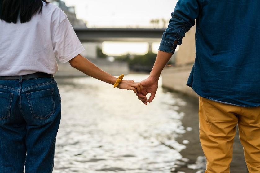 Is jouw partner linkshandig? 7 redenen waarom je daar blij mee mag zijn