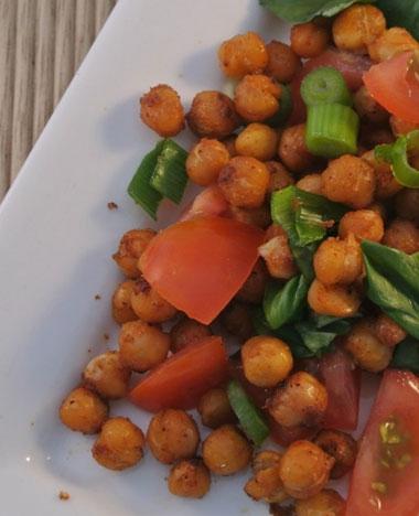 Kikkererwten salade met bosui, tomaat en basilicum