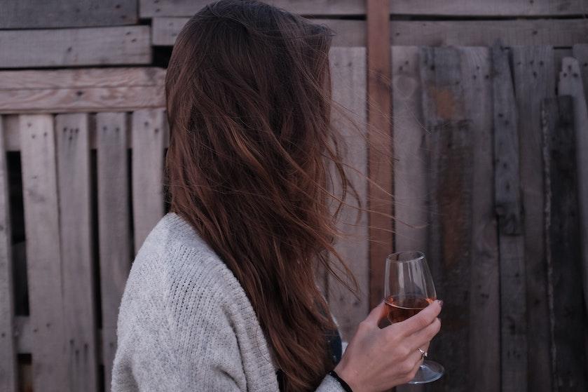 Opgebiecht: 'Door al dat thuiszitten drink ik veel meer wijn dan normaal'