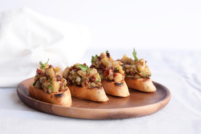 Heerlijk voor bij de borrel of barbecue: Italiaanse crostini met auberginespread