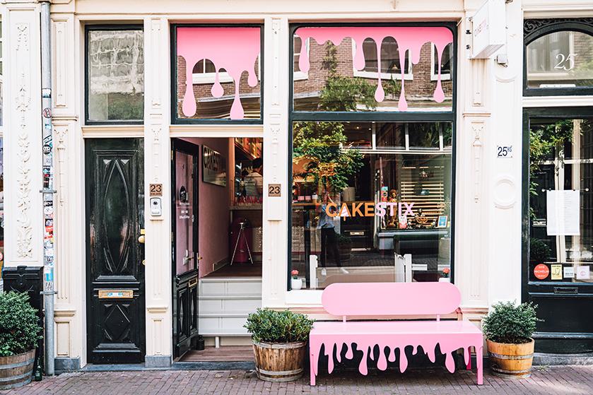 In deze roze pop-up store maak je je eigen taartje op een stokje (+ win!)