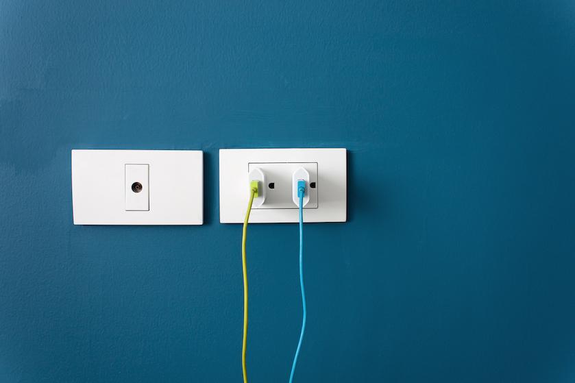 Feit of fabel: verspil je energie als je je oplader in het stopcontact laat zitten?