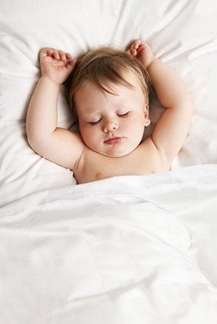 Waarom naakt slapen beter is