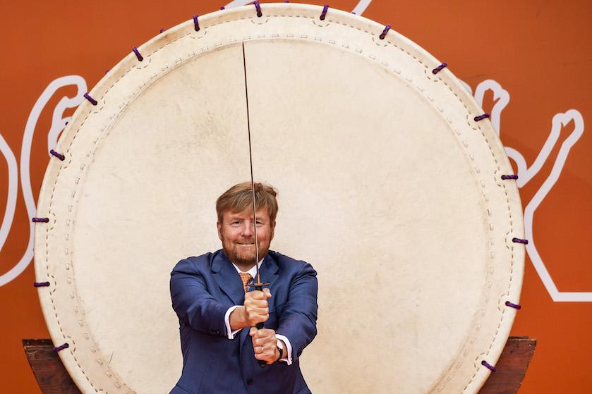 En garde! Willem-Alexander vermaakt zich opperbest met zwaard bij opening TeamNL Olympic Festival