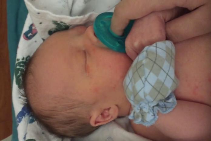 Moeder staat zoontje af ter adoptie, video van emotioneel afscheid gaat viral
