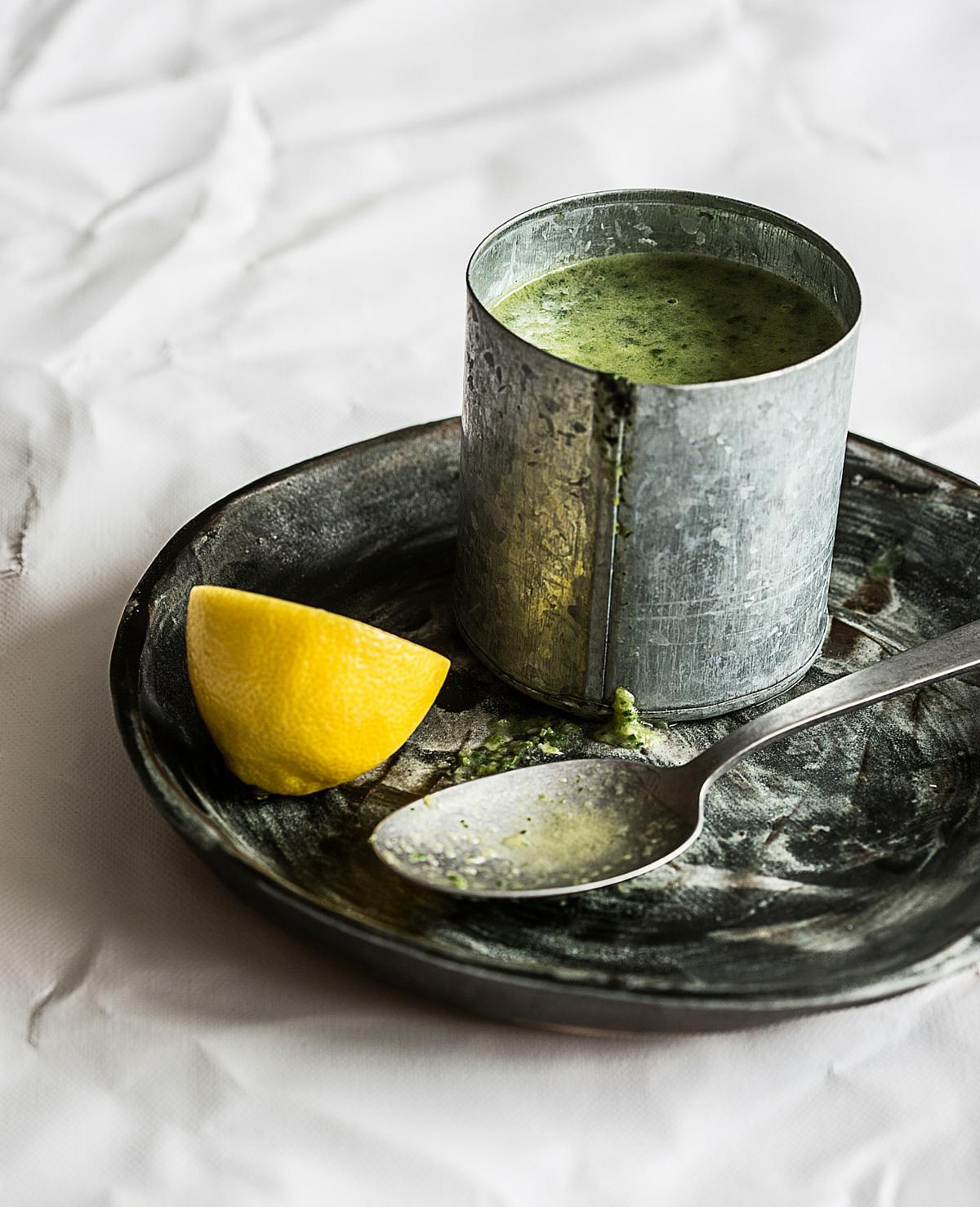 Recept: courgette-spinaziesoep met zalm en citroen