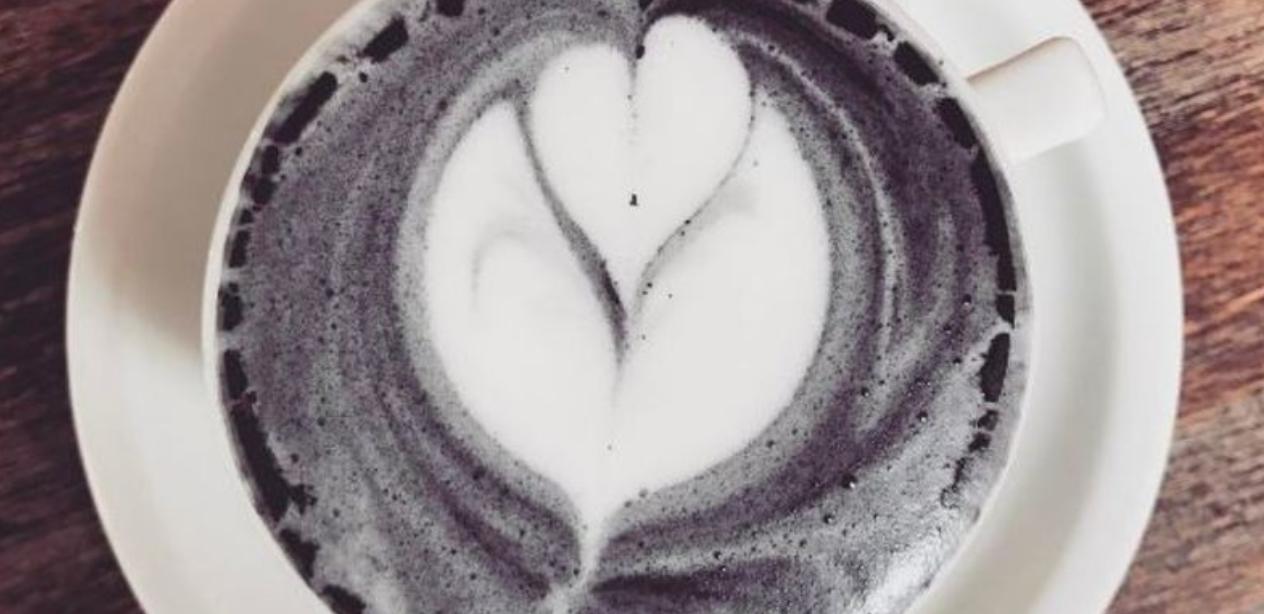Bye unicorndrankjes! Voortaan drinken we onze latte met houtskoolpoeder