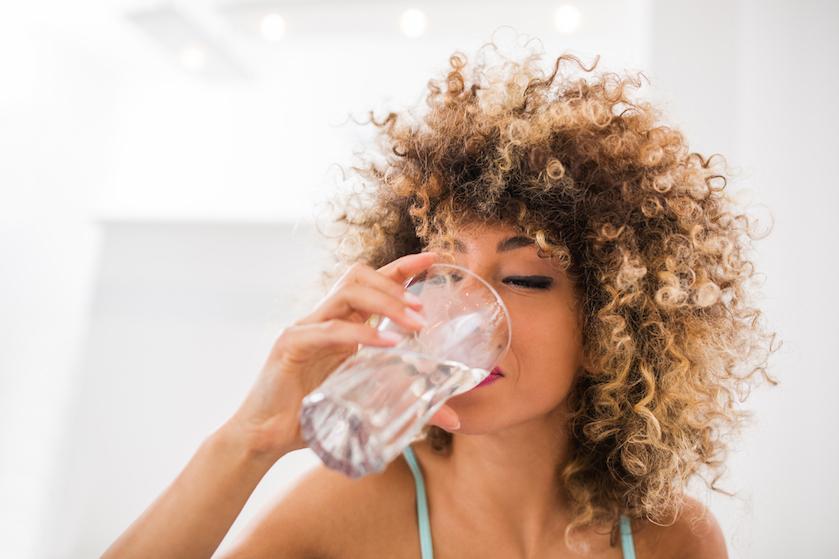 Wat is beter: in één keer een groot glas water drinken of de hele dag kleine slokjes?