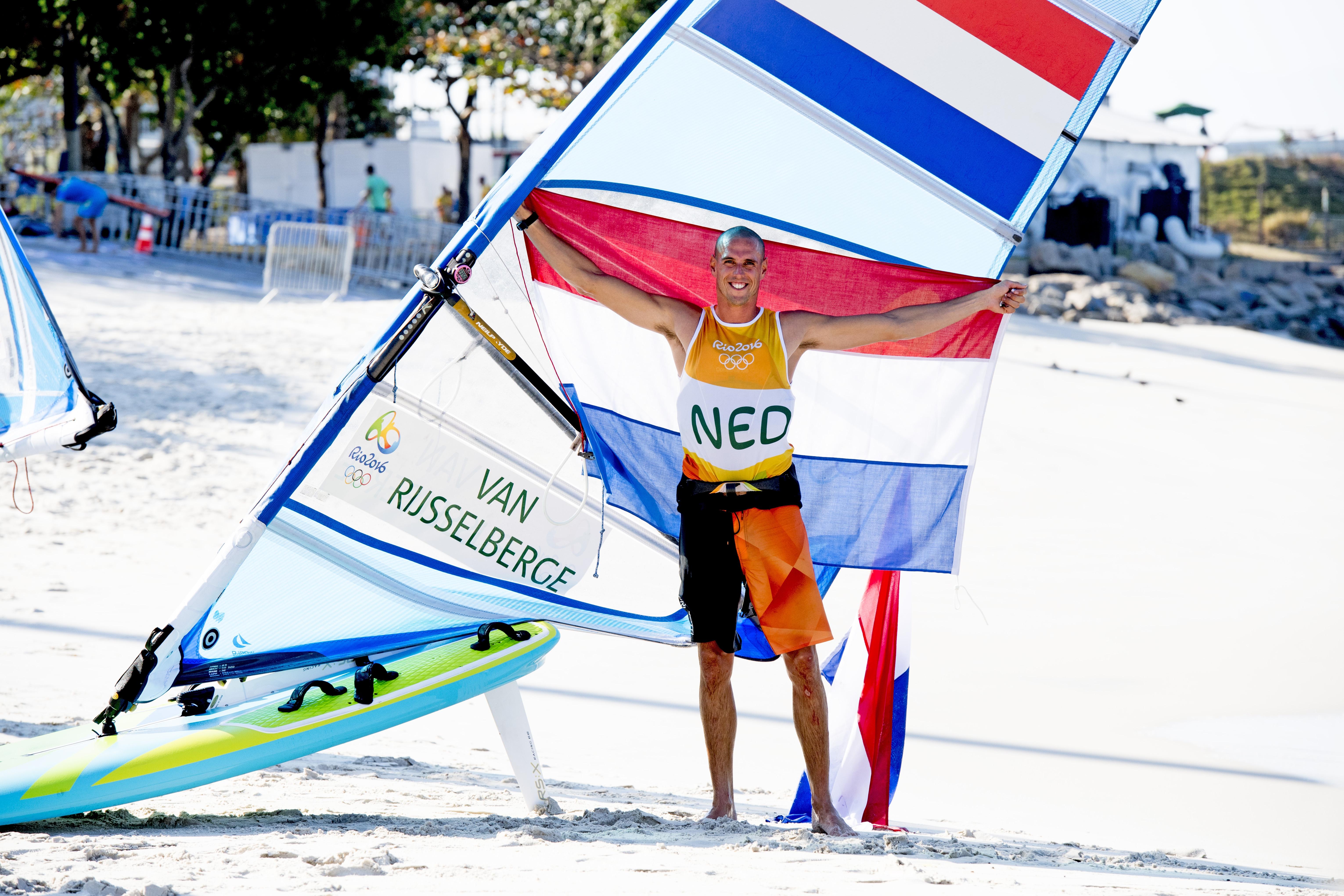 Video: Hihi! Verslaggever denkt dat Máxima met windsurfer getrouwd is