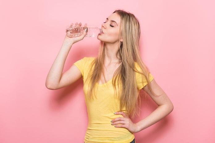 4 vieze dingen die met je lichaam gebeuren als je niet genoeg water drinkt