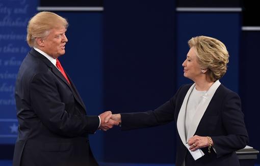 ZIEN: Donald Trump en Hillary Clinton zingen liefdesduet!