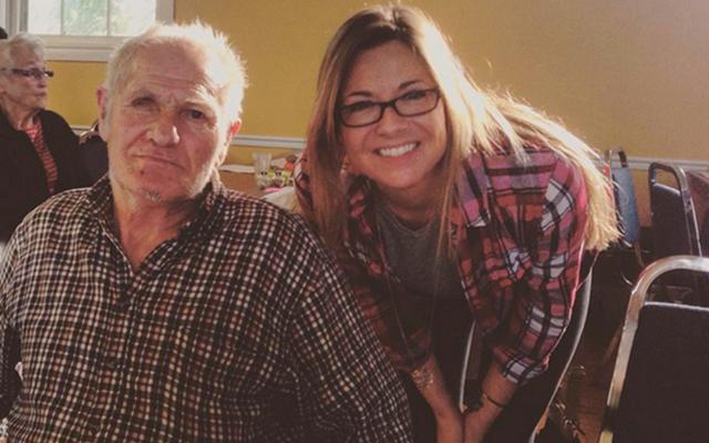 Fotografe vindt bejaarde man in verloederd huis, wat volgt is zo mooi