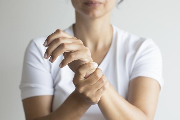 Hoe slecht is het knakken van de gewrichten in je handen nu echt?