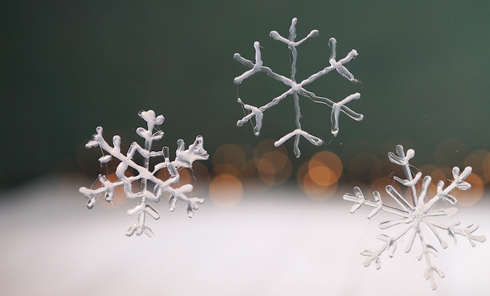 Zelf maken: sneeuwvlokjes voor op het raam