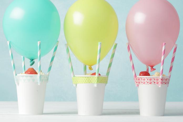 Feestelijke kindertraktatie: luchtballonnen gevuld met popcorn
