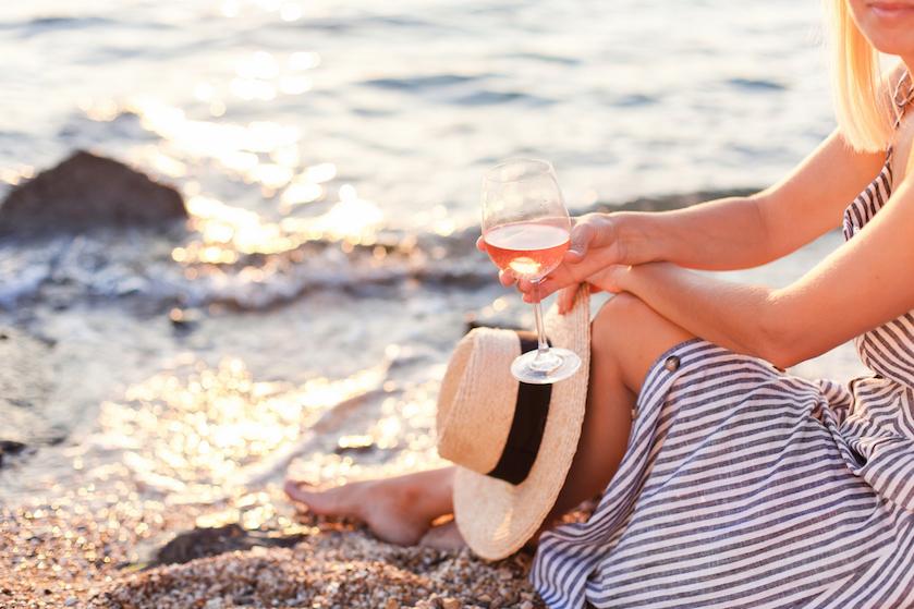 Zeg lauwe rosé voorgoed tabee! Shop voor een prikkie deze tuinproof bijzettafel met koelfunctie