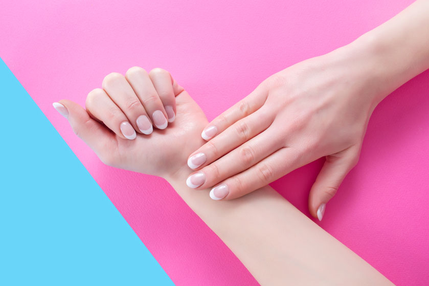 Hoe slim bedacht: met deze tip mislukt een French manicure nooit meer