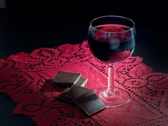Bewezen: rode wijn en donkere chocolade helpen tegen rimpels