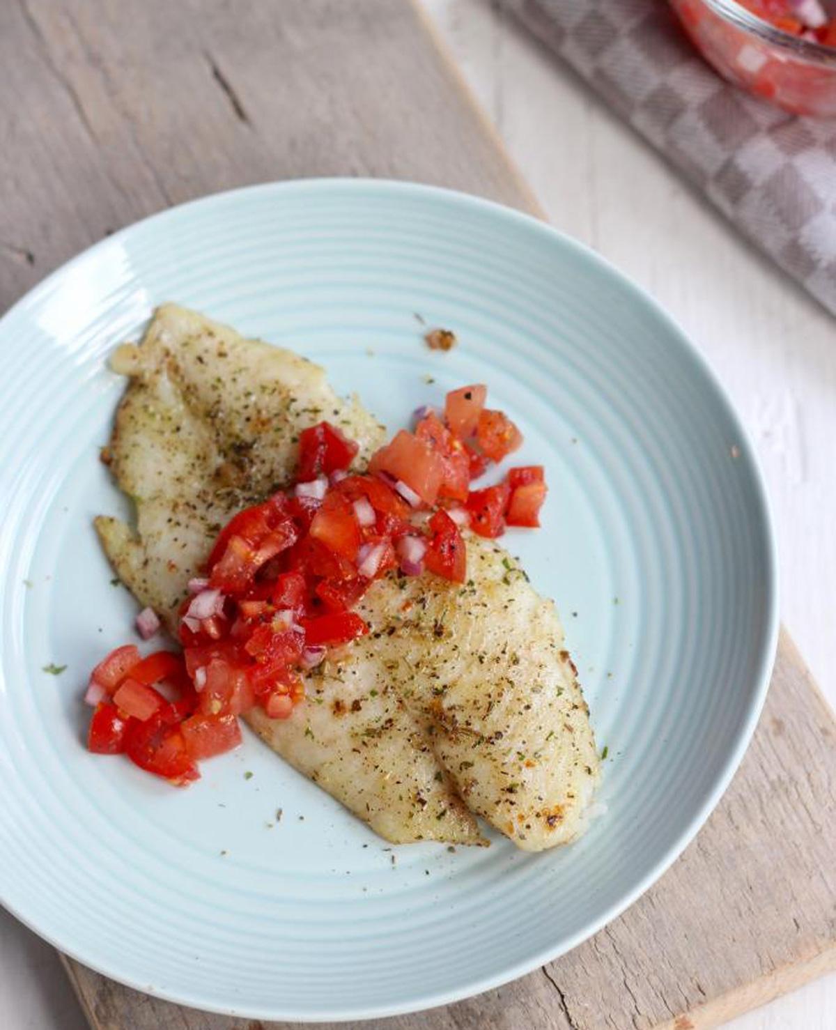 Italiaans gekruide vis met tomatensalsa