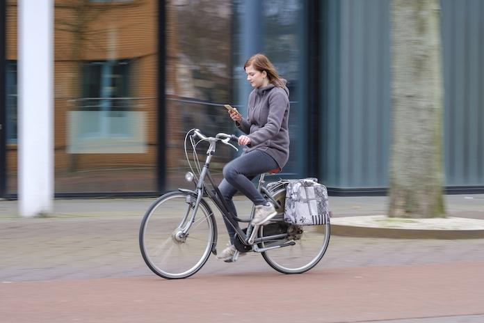 Let op: voor appen op de fiets wordt vanaf maandag écht beboet!