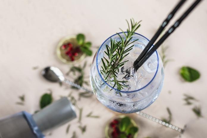 Met dit simpele trucje maak je je gin-tonic nóg lekkerder