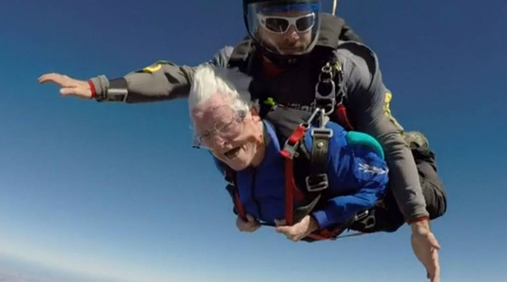 Wauw: deze 95-jarige oma viert het leven door te skydiven!