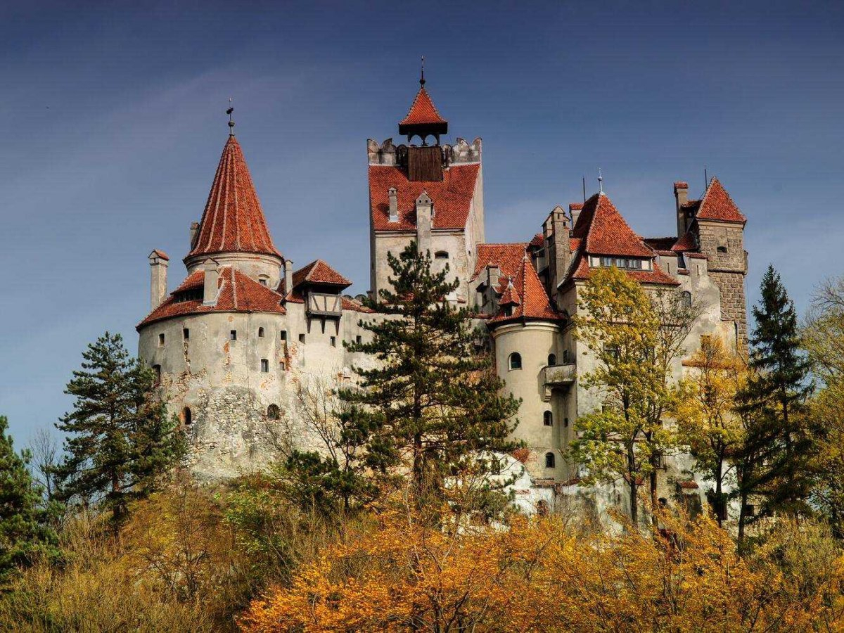 today-the-castle-is-a-huge-tourist-attraction-with-560000-annual-visitors-some-refer-to-it-as-draculas-castle
