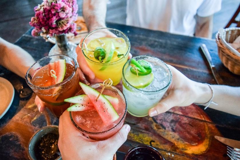 Op de bank met een drankje: 7 makkelijke cocktailrecepten om er thuis het beste van te maken