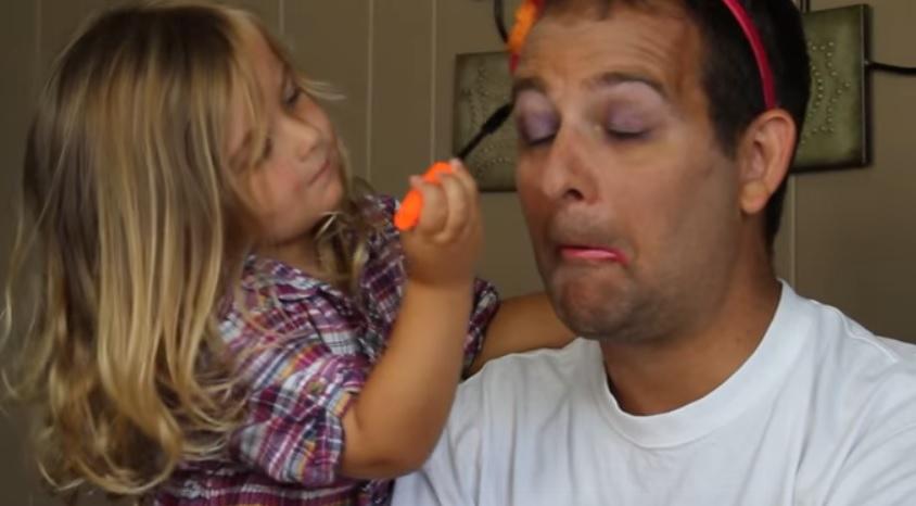 Hilarisch! Deze kinderen doen de make-up van hun vader