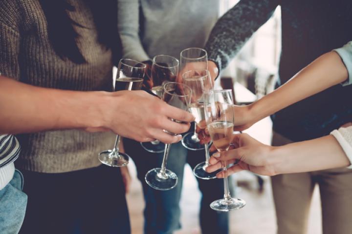 Dankzij deze geniale hack krijg je weer bubbels in je champagne
