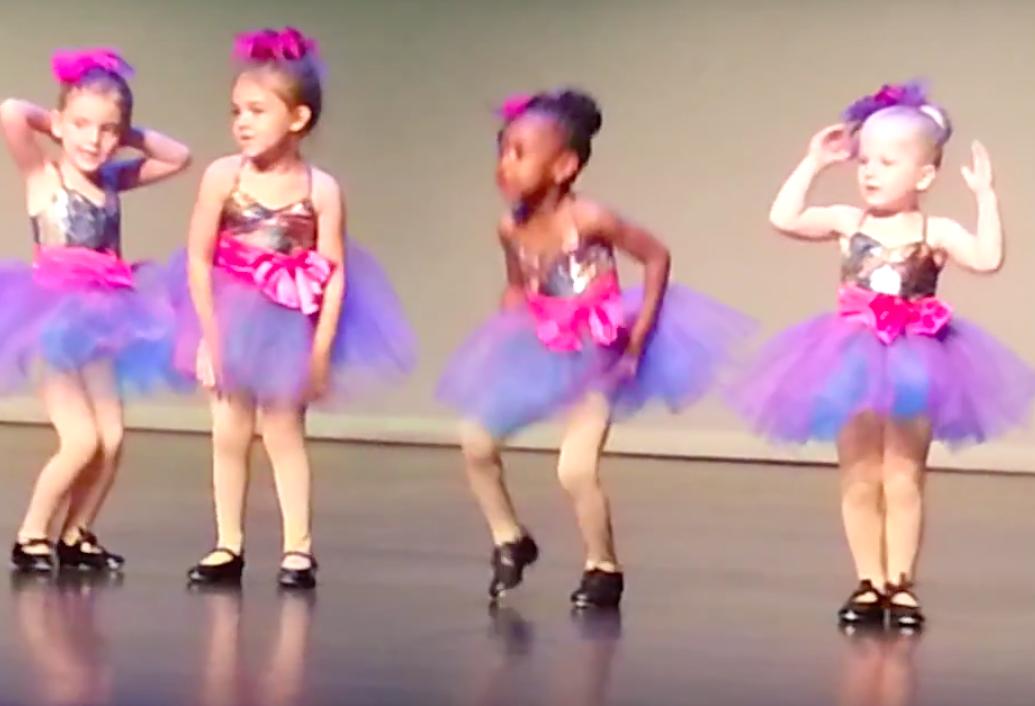 Dit meisje improviseert tijdens haar dansvoorstelling