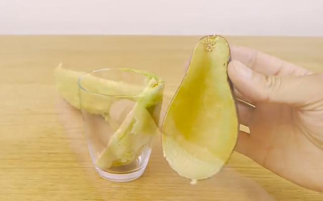 Met dit trucje schil je een avocado in 2 seconden