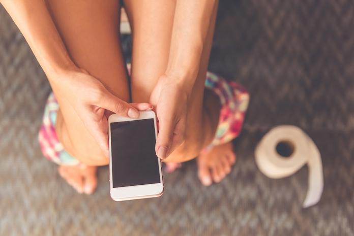 Dit is waarom je je smartphone beter niet mee kunt nemen naar het toilet