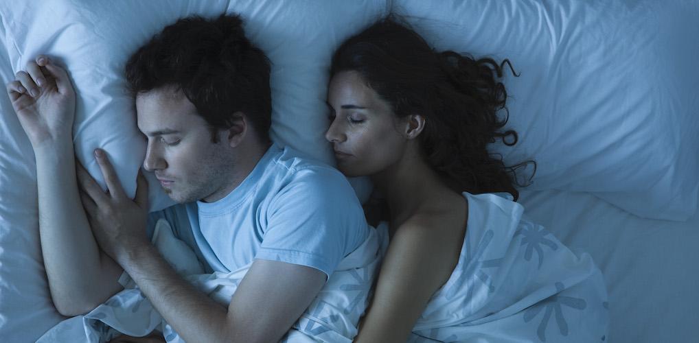 Volgens Scandinavische psychologen slaap je door dít te doen beter met je partner
