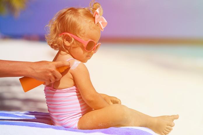 Zó smeer je je kind het beste in tegen de zon