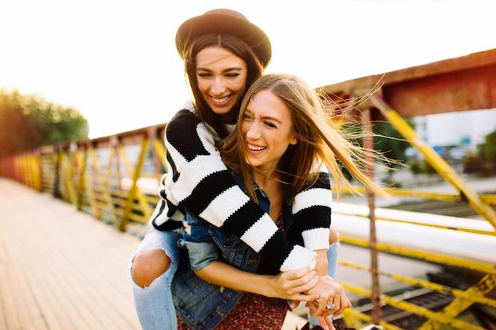 Bewezen: opgroeien met een zus maakt je gelukkiger en socialer
