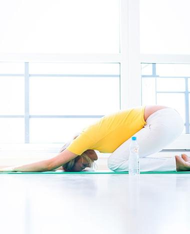 Yogaoefeningen die helpen bij hoofdpijn