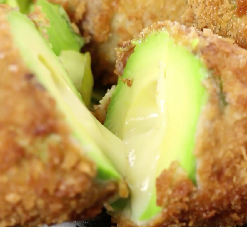 Video: OH MY GOD, een gefrituurde avocado mét kaas én bacon?!