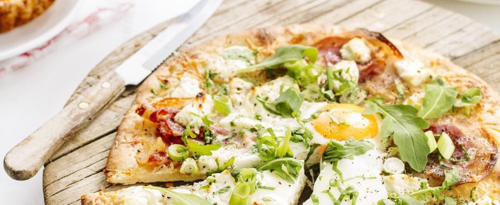 Recept: Ontbijtpizza met pancetta en ei