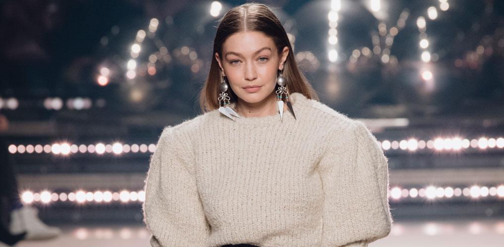 Coronakapsel deluxe: Gigi Hadid showt lokken tot aan haar middenrif
