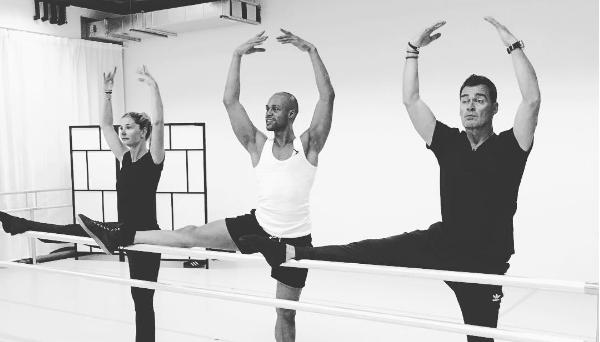 ZIEN: Jeroen van der Boom als gracieuze ballerina
